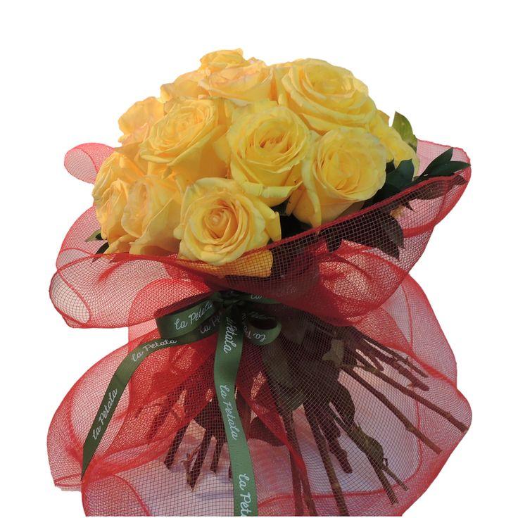 Bouquet Aire: de 24 rosas de exportación unidas en un atado de tallos en pie con follaje. Atado con wrap de malla y cinta.   Solicítalo ya:  Teléfono +571 2159030 o al correo electrónico clientes@lapetala.com. Precio $ 120.000