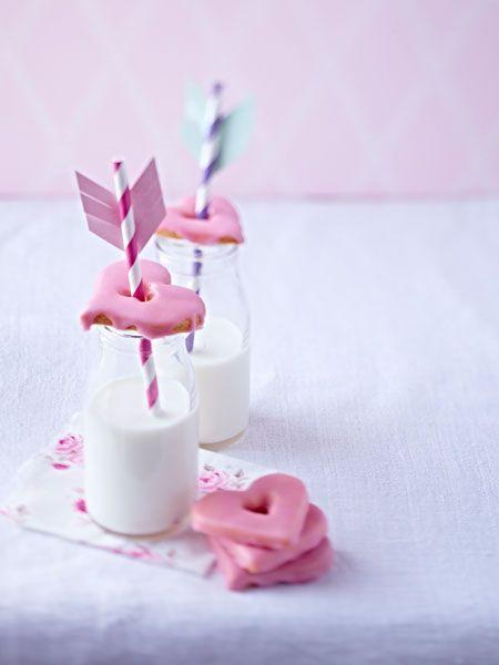 Süße Tapas-Herzen mit fruchtigem Zuckerguss.