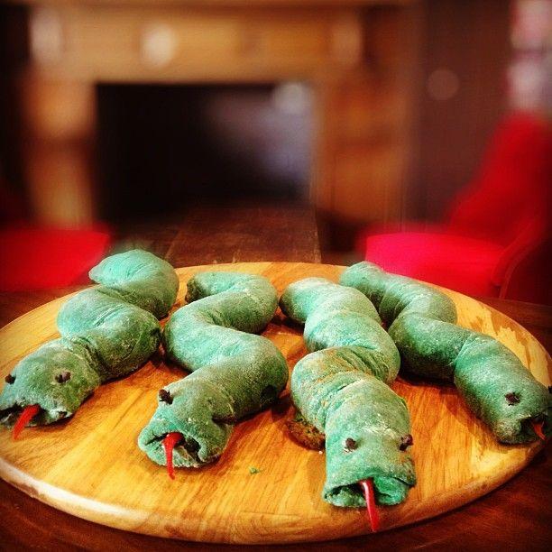 Basilisk Pie: Το φοβερό και τρομερό ερπετό που είχε φωλιά την κάμαρα με τα μυστικά στο πιάτο σας! Γεμιστό με φέτα, ντομάτα και πιπεριές.