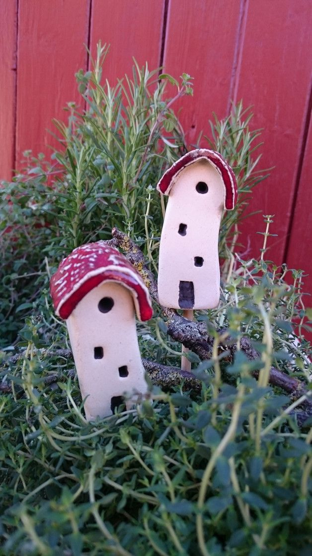 """Diese kleinen heimeligen *""""Häuschen am Stiel""""* machen sich sehr gut in Kräutertöpfen oder anderen Grünpflanzen...Etwas krumm und schief in weiss mit rotem Dach...mal eine ganz andere Deko... Zwei..."""