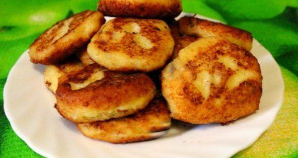 Оладьи из картофельного пюре с творогом - это вкусное и быстрое в приготовлении блюдо для всей семьи. Состав: Картофельное пюре - 400 гр. Творог - 150 гр.