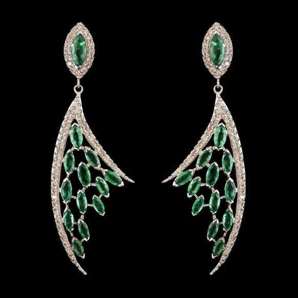 Par de brincos longos de ouro branco 18k, diamantes lapidação brilhante regulando 1,20ct no total e esmeraldas regulando 5,00ct no total. Cerca de 14,9g.