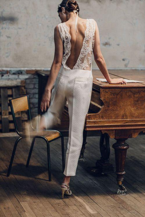 Vestidos de novias con pantalones. Menos convencional que el vestido de novia, esta combinación impecable hizo su aparición en las colecciones de los diseñadores de esta temporada. Un conjunto en blanco para un matrimonio civil de Laure de Sagazan.