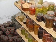De voorraadkelder met de geweckte groente fruit en het vlees voor de hele winter.