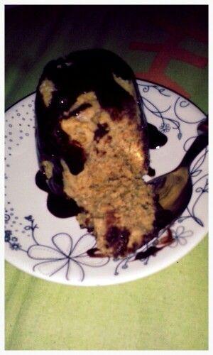 Mug Cake de mantequilla de mani (PB2) y harina de avena con Hershey sugar free on top!