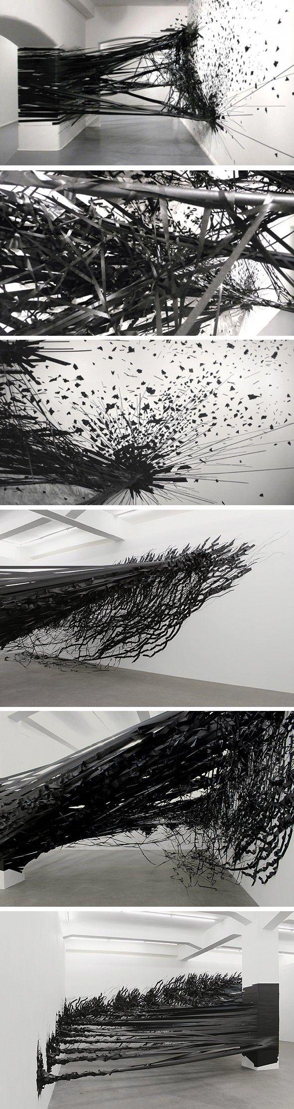 http://www.journal-du-design.fr/art/installation-aerial-par-monika-grzymala-24271/  Du ruban adhésif, de la patience et de l'imagination Aerial est une installation de l'artiste berlinoise Monika Grzymala, entièrement réalisée à l'aide d'u