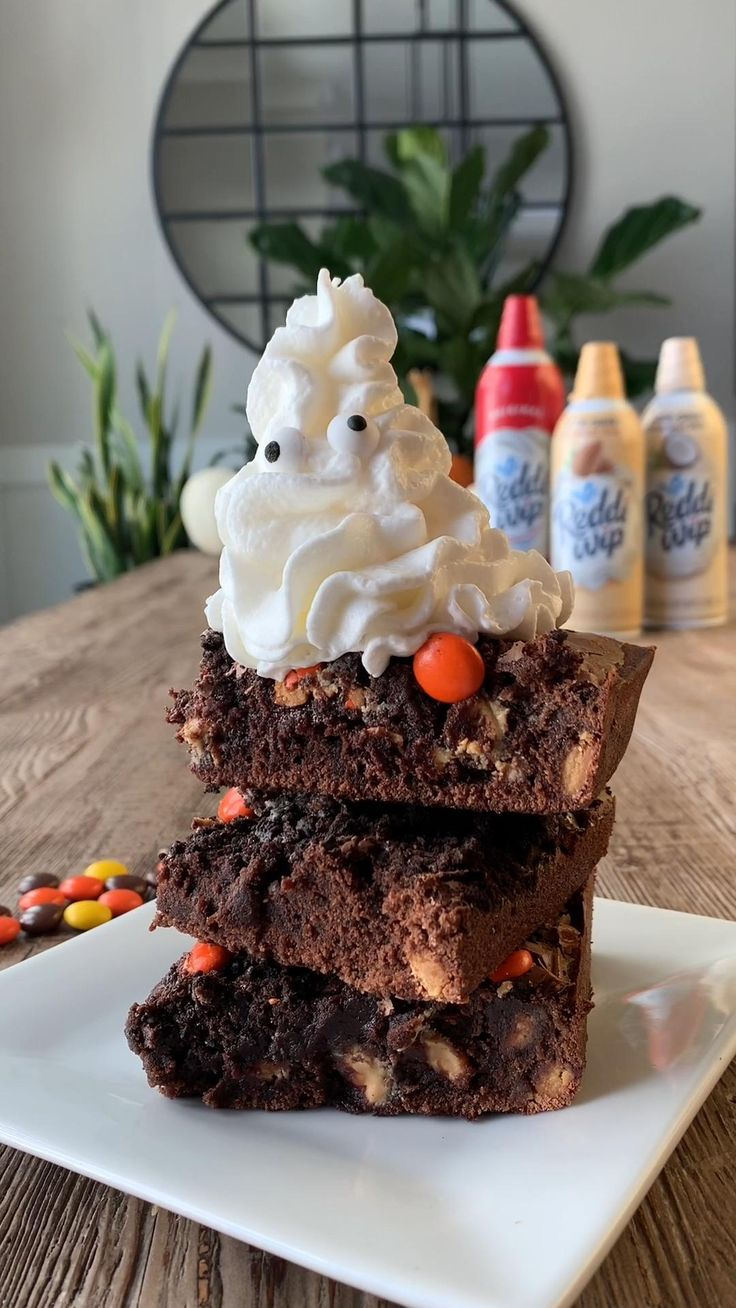 Turn up the spooky-factor on all your favorite Fall desserts and get ready for a #Halloween at home, with Reddi-wip! 👻🥧 🎃 Köstliche Desserts, Delicious Desserts, Dessert Recipes, Yummy Food, Fall Recipes, Holiday Recipes, Yummy Treats, Sweet Treats, Tasty Videos