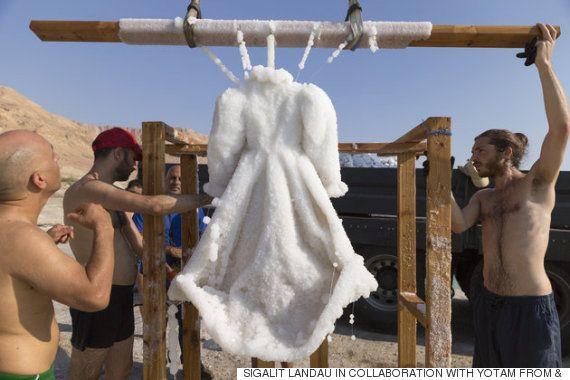 死海に黒のドレスを2カ月沈めたら、ウェディングドレスに生まれ変わった(画像)