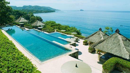 Situé sur la côte Est de Bali, Amankila Resort est l'un des plus beaux hôtels du monde. A flanc de montagne et de foret tropicale, avec les montagnes en toile de fonds, cet hôtel cinq étoiles accueille le voyageur dans une atmosphère nature, avec luxe et volupté.