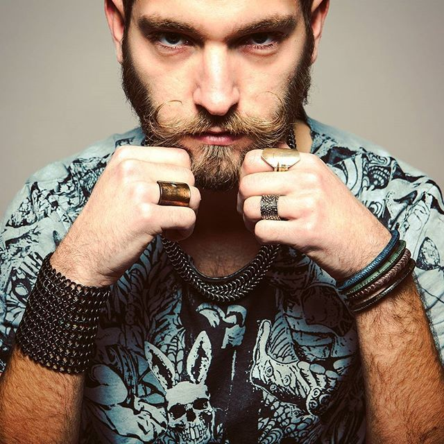 Naughty Intentions Rings and Bracelet by  Elena Estaun Barcelona T-shirt Graffi - White Rabbit Circus #man #impact #tee #facemask #elenaestaun #bracelets #rings #pulseras #bracciali #pelle #metallo #gladiatore #stile #uomo #whiterabbit #circus #serigrafia #collezione #2017 #fashionoftheday #modauomo