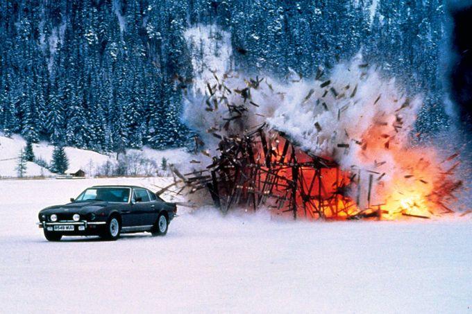 Aston Martin V8 Vantage Aston Martin V8 Vantage: Der Hauch des Todes (1987), 400 PS, 5,3-Liter-V8, max. 248 km/h. Heck-Raketenanschub, Radkappen-Laser, wärmesuchende Raketen mit Head-up-Zieldisplay, ausfahrbare Schneekufen und Spikes, Selbstzerstörungsmechanismus.