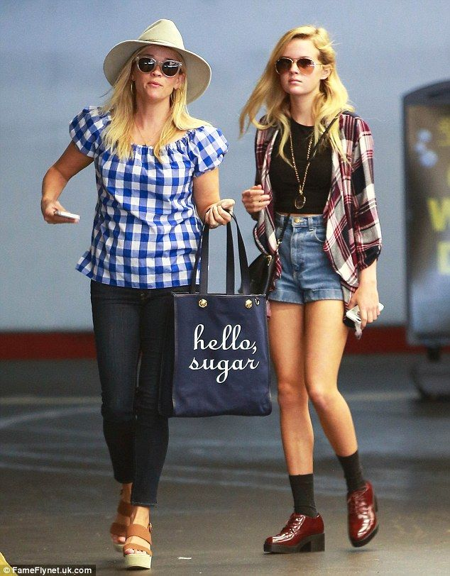 Gingham-clad Reese Witherspoon shops with daughter Ava in LA #dailymail