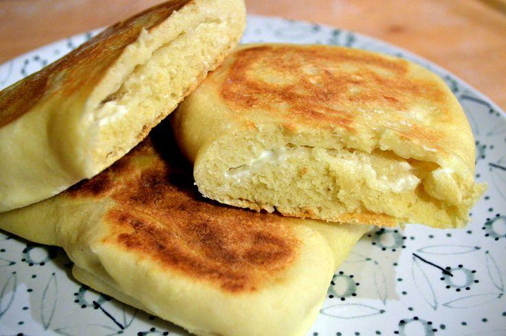Pane naan al formaggio ovvero cheese naan - Il pane naan al formaggio, ovvero cheese naan è un pane tipico indiano. E' molto semplice e veloce da preparare. Inoltre è molto pratico perché viene cotto in padella. Nella stagione estiva potrete così evitare …