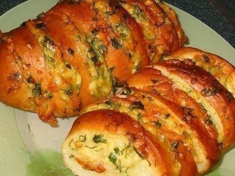 Фото к рецепту: Запеченный батон с сыром и чесноком