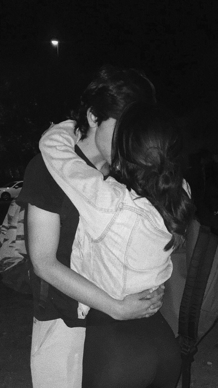Картинки девушка со спины с парнем целуются