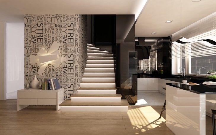 Widok na schody wykończone drewnem. Z prawej strony prowadzi ściana z czarnego szkła, a z drugiej fototapeta z nazwami ulic i dzielnic Nowego Jorku.
