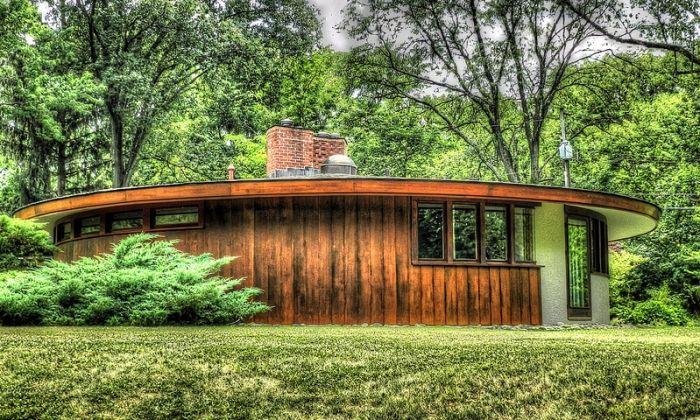 Na louce přistálo dřevěné ufo nebo nebo jen vyrostl poněkud neobvyklý bungalov? ;) http://www.drevostavitel.cz/clanek/drevostavby-bungalovy