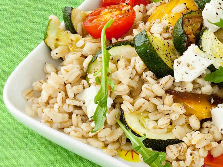 Kasvisohrasalaatti valmistuu helposti ja sopii nautittavaksi sellaisenaan tai lisäkkeenä. http://www.yhteishyva.fi/ruoka-ja-reseptit/reseptit/kasvis-ohrasalaatti/01237