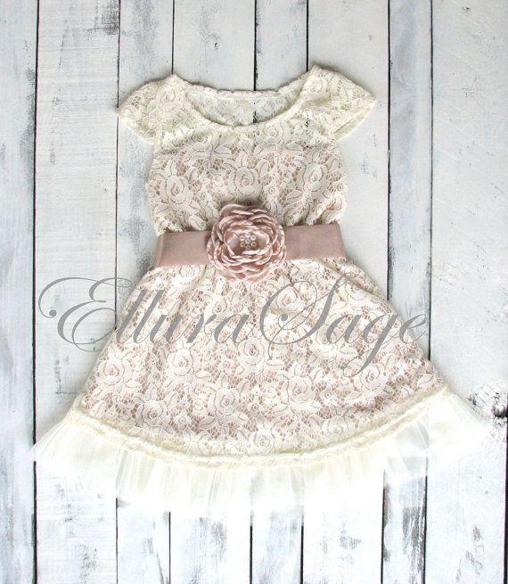 De perfecte bloemenmeisje jurk voor uw rustieke bruiloft of voor dagelijks gebruik met een paar cowgirl laarzen! Deze jurk is volledig gevoerd en beschikt over mooie ivoor kant op een champagne ondervloer en een hint van tulle voering van de bodem. De jurk is geaccentueerd met schattig cap mouwen en een prachtige satin bloem sash riem beschikbaar in uw keuze van kleur. Gewoon perfect voor een bloemenmeisje, verjaardagsfeestje, speciale fotografie sessie, dans overweging of toe te voegen aan…