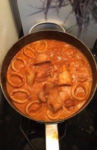calamar, oignon, ail, vin blanc, tomates concassées, cognac, huile d'olive, poivre, Sel, homard