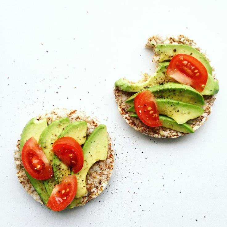 Salatshop Ам! Перекус на раз, два, три: гречневые хлебцы + оливковое масло + авокадо + соль & перец 🙋🏻