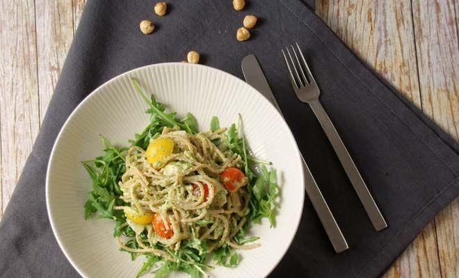 Een perfecte maaltijd voor sporters dit; vers, gezond maar ook eiwitten en koolhydraten. Eet deze pasta bijvoorbeeld de avond voordat je een wedstrijd hebt, succes verzekerd. Ik maakte een pesto…