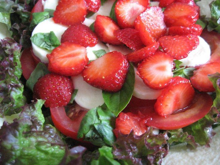 Raikas mansikka -mozzarellasalaatti sopii mainiosti brunssipöytään! Käyttäjältä Mailo.