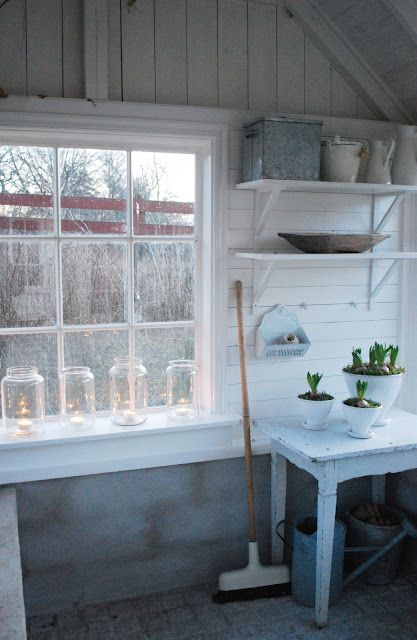 Växthus this would make a good potting shed.....