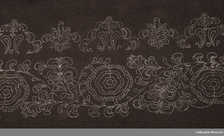 Stakketøy som er klart til brodering.  Mønster lagd av Turid Gislerud Liodden.  Stakk, lue og veske. Se garnet og 5 eksempler på broderi i HFN 11943a-i (foto)