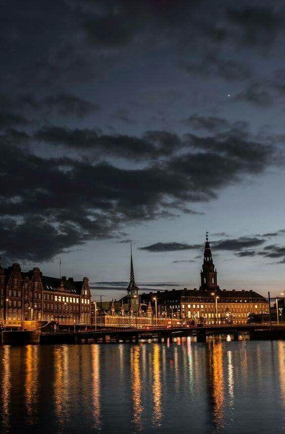 Skumring over København.
