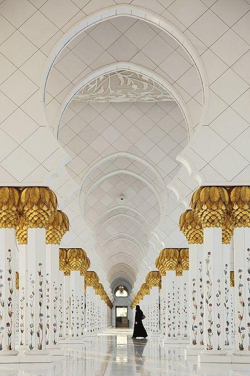 Diseño y construcción El Sheikh Zayed de la mezquita 'une el mundo', usando artesanos y materiales de muchos países, entre ellos Italia, Alemania, Marruecos, Pakistán, India, Turquía, Malasia, Irán, China, Reino Unido, Nueva Zelanda, Grecia y los Emiratos Árabes Emirates. Más de 3.000 trabajadores y 38 empresas contratistas de renombre participaron en la construcción de la mezquita.