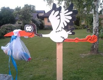 Such an awesome idea to welcome your summer infant. #stork #gardendecor Look at the construction manual on 1-2-do.com