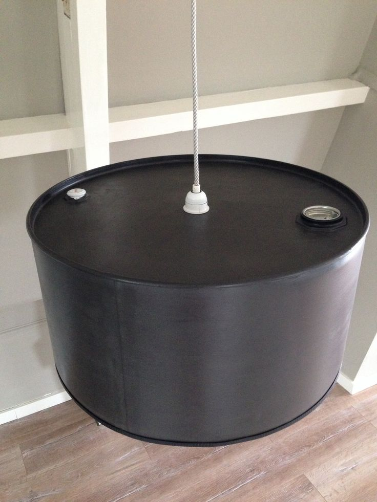 Olievat als hanglamp met grijs/wit strijkijzersnoer. €75. Zie www.facebook.com/vintageby1781.