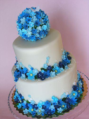 Taart met blauwe bloemen