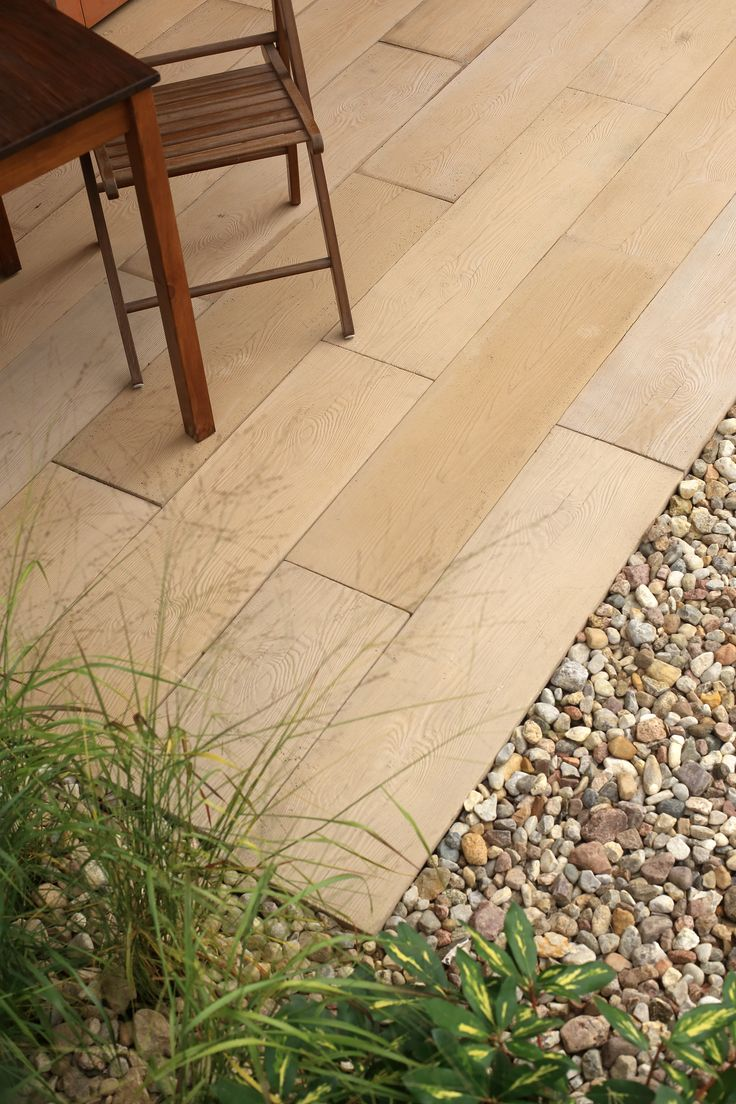 Drewno czy beton? To pytanie traci na znaczeniu, gdy zdecydujemy się na Polbruk Lira, efektowną deskę betonową. Polbruk Lira to produkt wyjątkowo wytrzymały i estetyczny, rozwiązujący wszystkie dylematy.