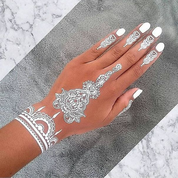 30-tatouages-au-henne-blanc-qui-ressemblent-a-de-la-dentelle-26 30 tatouages au henné blanc qui ressemblent à de la dentelle