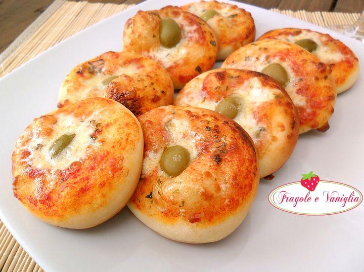 Le pizzette da buffet con pasta da rosticceria sono soffici e golose. Andranno a ruba nei vostri buffet o per gli aperitivi con gli amici!