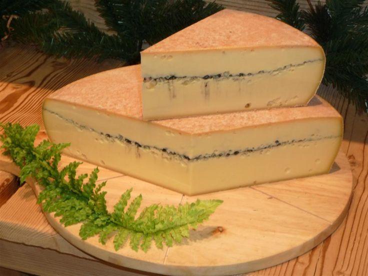 Le morbier: Fromage au lait de vache, le morbier se distingue par la ligne bleue qui le traverse en son milieu : il s'agit du seul fromage à pâte non cuite à présenter cette caractéristique. Cependant, contrairement à ce que son apparence laisse supposer il ne s'agit pas de moisissure mais de cendre ! Le morbier peut se déguster frais, mais il est aussi excellent fondu et peut servir d'alternative au fromage à raclette classique.