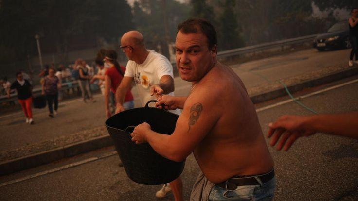 En fotos: los héroes anónimos que luchan contra el fuego en Galicia