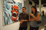 Una pareja visita una de las salas de JUSTMAD, feria que este año se estrena como satélite de Art Basel Miami.