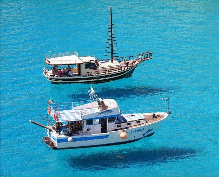 イタリアの南にあるランペドゥーザ島。ここの海はとにかく透明度が高く、なんとまるで船が浮いているかのよう!