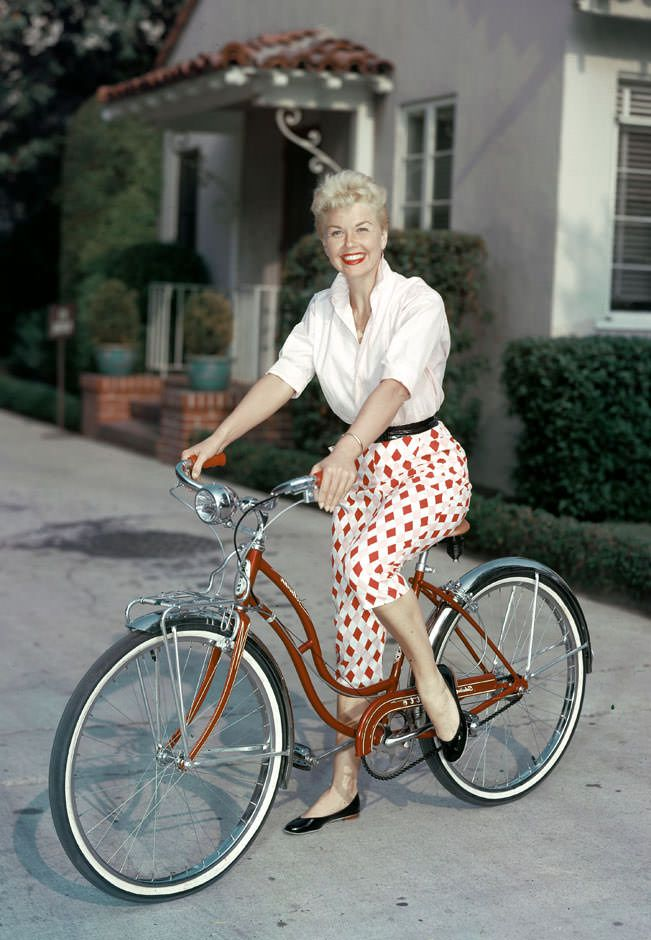 Pedal pushers appeared frequently in films from the 1950's and were worn by such leading ladies as Grace Kelly, Audrey Hepburn, Doris Day and Sophia Loren. Description from howretro.com. I searched for this on bing.com/images