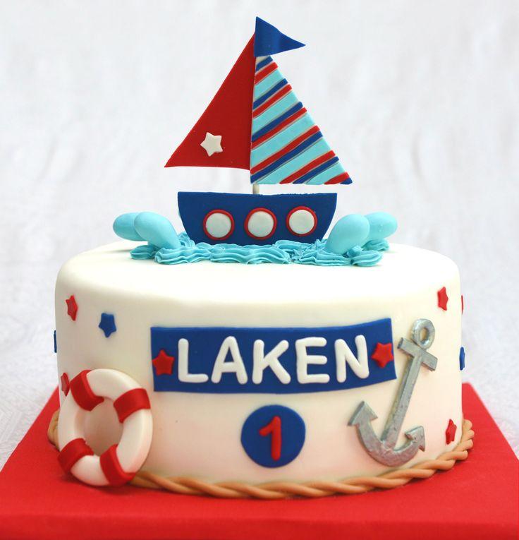 Gâteau 10 pouces 4 layers, 2à la vanillede couleur bleuet 2 au gâteau blanc. Décoré sous le thème matelot. Bateau et autres objets en fondant. - 70$