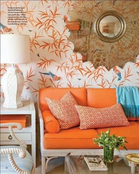 woontrend 2014 tropisch chique - woonkamer met oranje bank en kleurrijke accessoires. Bijzonder tropisch behang. #wonen #woonaccessoires #woonkamer