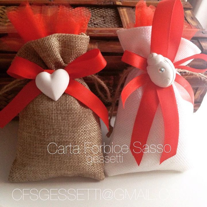Sacchetti profumati in juta color canapa e bianco, con gessetti profumati e fiocchi rossi.  Sachets jute , brown and white , with chalk and red bows.