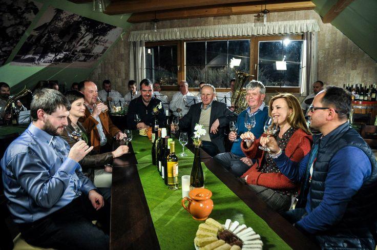 Ezerjó társaság pincénkben: Borbás Marcsi, a Gasztroangyal (+ Csapata), móri borászok és a móri fúvósok! ;-) Fotó: Hrubos Zsolt
