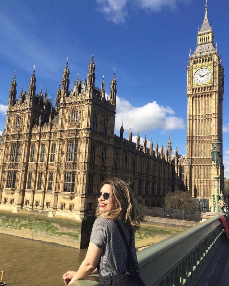Londres é a capital da Inglaterra e do Reino Unido uma das cidades mais multiculturais do mundo é uma das minhas favoritas também  Vocês sabiam que Big Ben é o nome do sino e não do relógio? Ah não sabiam não  Isso mesmo ambos estão na Elizabeth Tower do Palácio de Westminster e com o tempo o nome Big Ben passou a ser referência à torre inteira incluindo relógio e sino. Viajar também é cultura  Foto: @bellimartins  #blogmochilando #inglaterra #england #londres #london #bigben #westminster…