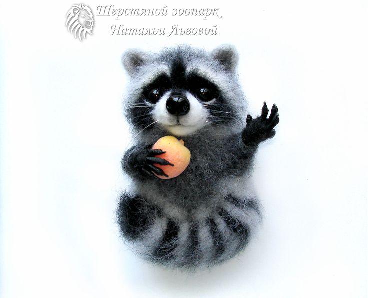 Крошка Енот брошь - валяный енотик - сухое валяние из шерсти raccoon - ручная работа
