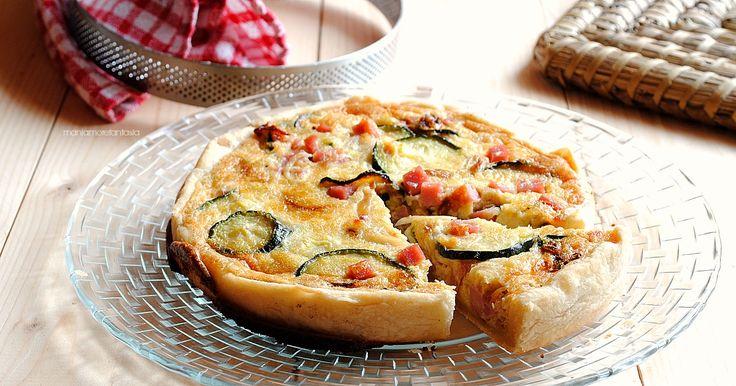 La torta salata di zucchine e prosciutto è una golosa quiche di pasta brisée, ripiena di verdure e composto di uova, panna e formaggio. Facilissima!!!