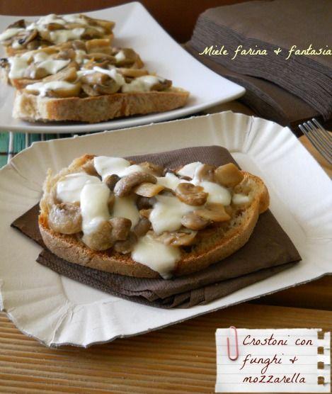 Crostoni al forno con funghi e mozzarella
